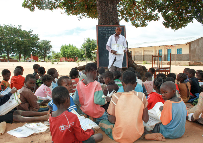 Niños estudiando en la escuela - - Imagui