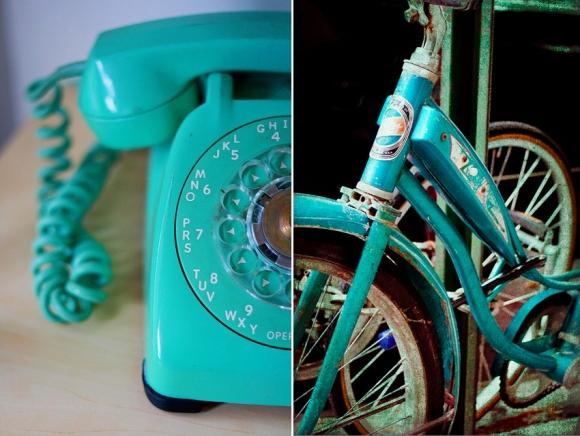 telefono y bicicleta azul