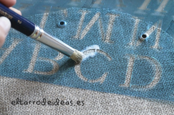 stencil con letras y pintura tela